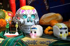 La muerte es celebrada en México, pero el país es uno de los peores para morir. Foto: Día de Muertos Altar de Andy Castro (cc).